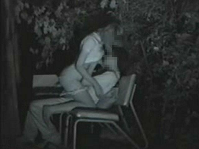 夜な夜なカップルが集まる公園ベンチ 1