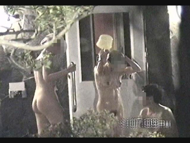 庭園の茂みから女子風呂をコッソリ盗撮