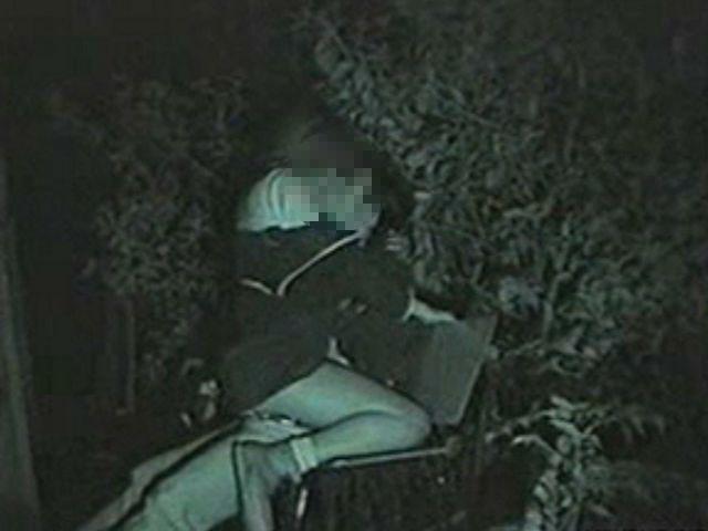 夜な夜なカップルが集まる公園ベンチ 3