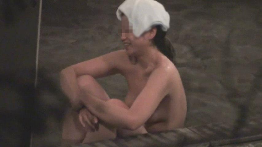露天の打たせ湯で寛ぐギャルを盗撮 6